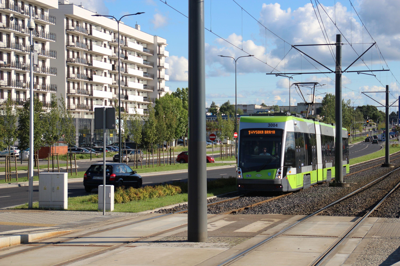 Solaris Tramino Olsztyn S111O #3004 na linii 1 zbliża się do przystanku Dywizjonu 303 przy alei Sikorskiego (23 sierpnia 2017)