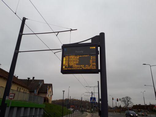 Tablica informacji pasażerskiej na przystanku Pozorty (16 listopada 2017)