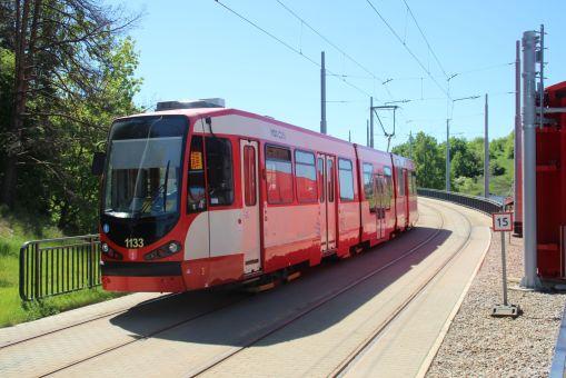Düwag N8C-NF #1133 na linii 10 wjeżdża na przystanek końcowy Brętowo (27 maja 2017)