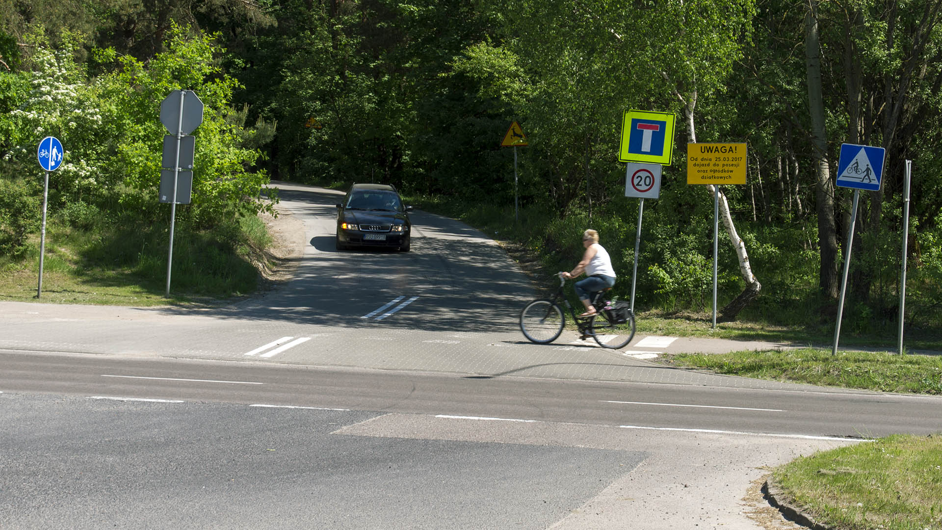 Skrzyżowanie ulicy Krasickiego z bezimienną ulicą prowadzącą przez dawny poligon na Pieczewie do ulicy Pstrowskiego (13 maja 2018)