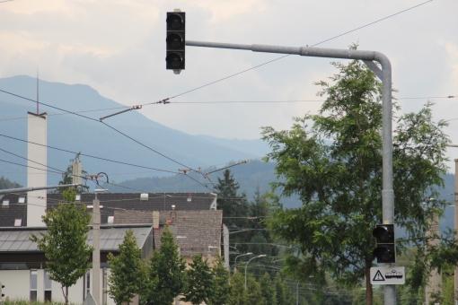 Sygnalizacja na przęcieciu jezdni i torowiska na Philippine-Welser-Straße przy krańcówce Amras w Innsbrucku (17 sierpnia 2016)