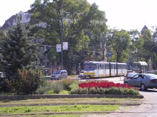 """Tramwaj FVV CSM–4 (""""Bengáli"""") #809 na linii 3-3F wjeżdża na rondo przy Dugonics tér w Segedynie"""