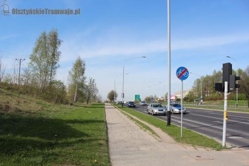 Skrzyżowanie alei Sikorskiego z ulicą Wańkowicza - widok w kierunku północnym (29 kwietnia 2012)
