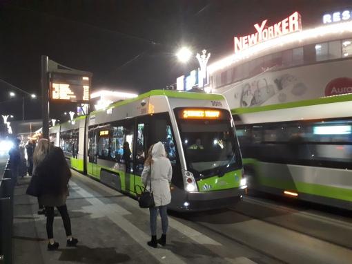 Tramwaj linii 2 kończący tymczasowo bieg na przystanku Centrum (11 grudnia 2018)