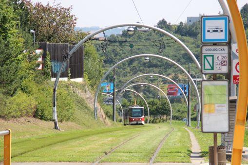 Przystanek Geologická w Pradze na trasie do Barrandova - zjazd w kierunku estakady hlubočepskiej (20 lipca 2014)