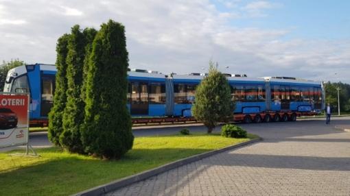 Stadler Metelica dla Cochabamby na parkingu stacji benzynowej Orlen przy alei Warszawskiej w Olsztynie (11 lipca 2019)