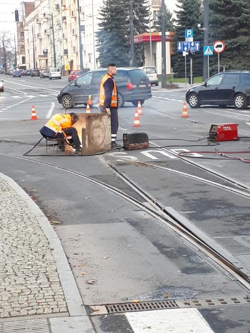 Naprawa szyn na skrzyżowaniu alei Piłudskiego i ulicy Kościuszki (16 listopada 2019)