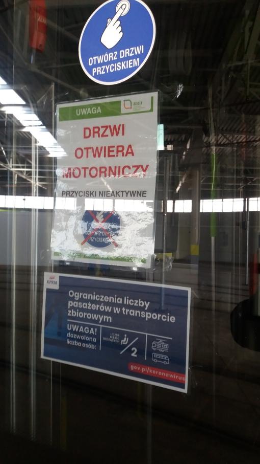 Umieszczone na drzwiach tramwaju informacje związane z koronawirusem