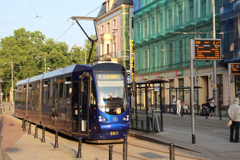 Moderus Beta MF 19 AC #2811 bez przydziału linii na przystanku Opera we Wrocławiu (12 czerwca 2020)