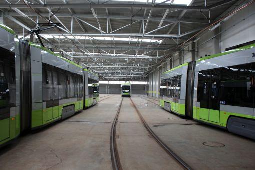 Solarisy Tramino Olsztyn S111O w hali postojowej zajezdni (8 lipca 2020)