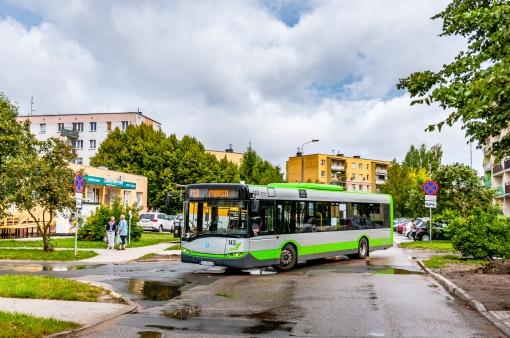 Solaris Urbino 12 III #143 na linii zastępczej (i dowozowej) Z13 skręca z ulicy Gębika w ulicę Świtycz-Widackiej (11 sierpnia 2021)