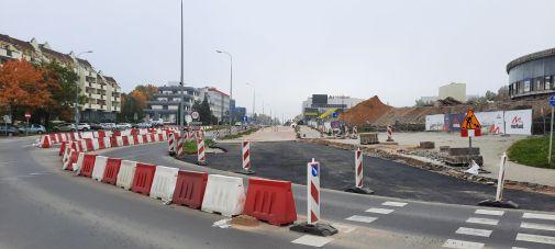Budowa linii tramwajowej w alei Piłsudskiego, w okolicach skrzyżowania z ulicą Mazowieckiego [wcześniej Obiegową], w tle remontowana hala Urania (2 października 2021)