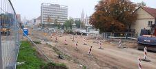 Budowa linii tramwajowej w alei Piłsudskiego, w okolicach skrzyżowania z ulicą Kościńskiego (2 października 2021)